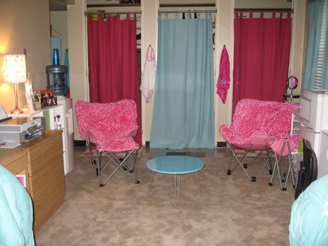 dorm decorating ideas, girls dorm, pink chairs